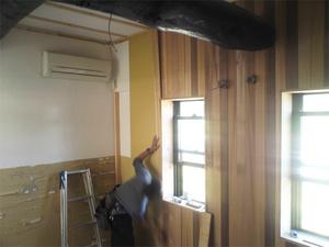 レッドシダーの板貼りで室内を埋め尽くす|試験的取り組みの内装仕上げ方法