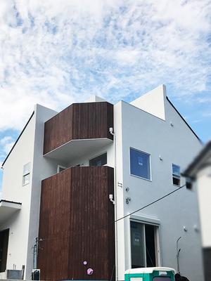 藤沢市鵠沼桜ガ丘に立つ潮風 感じる癒やしの家|施主施工の壁塗り様子見