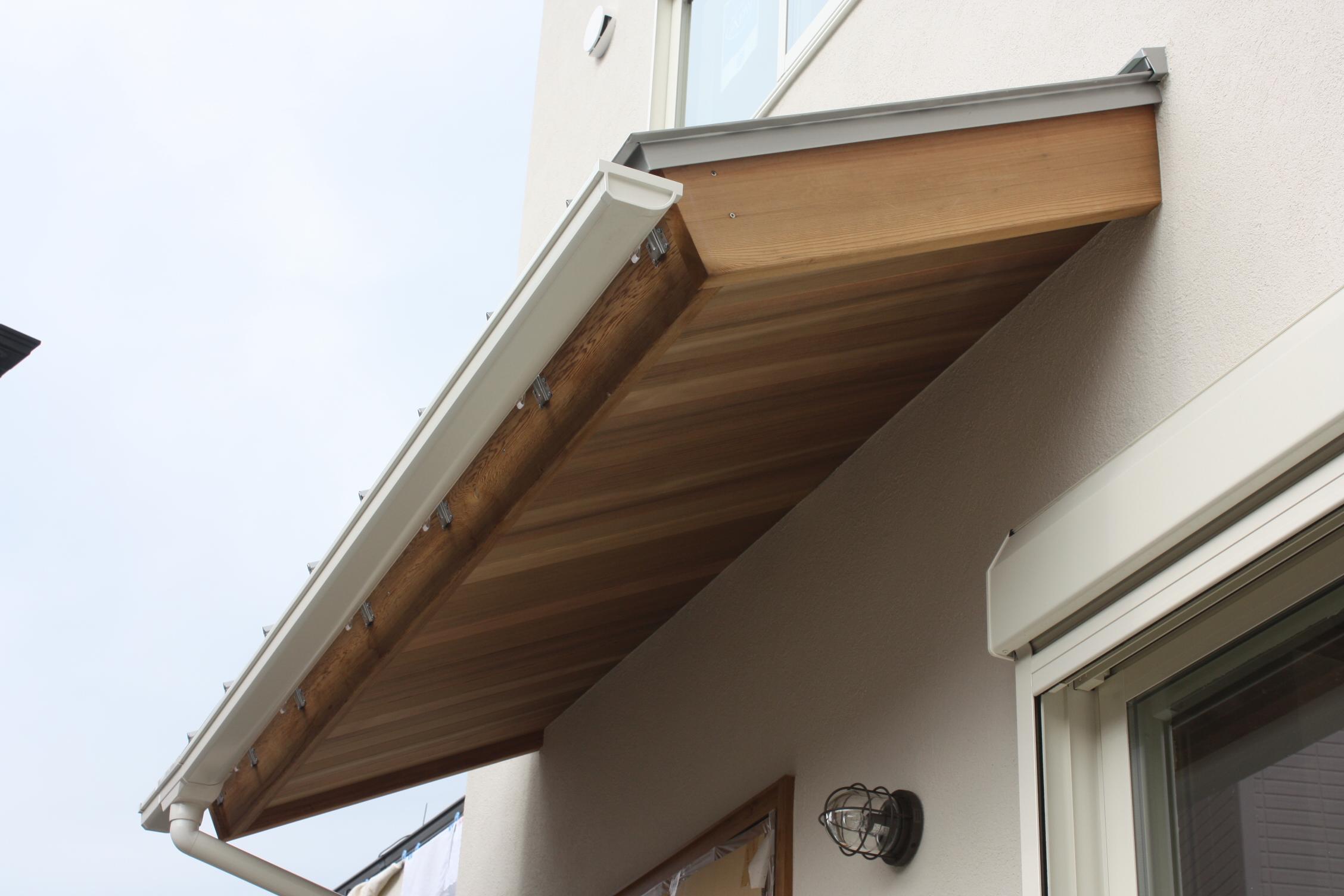 玄関の庇は木製で支えが無い