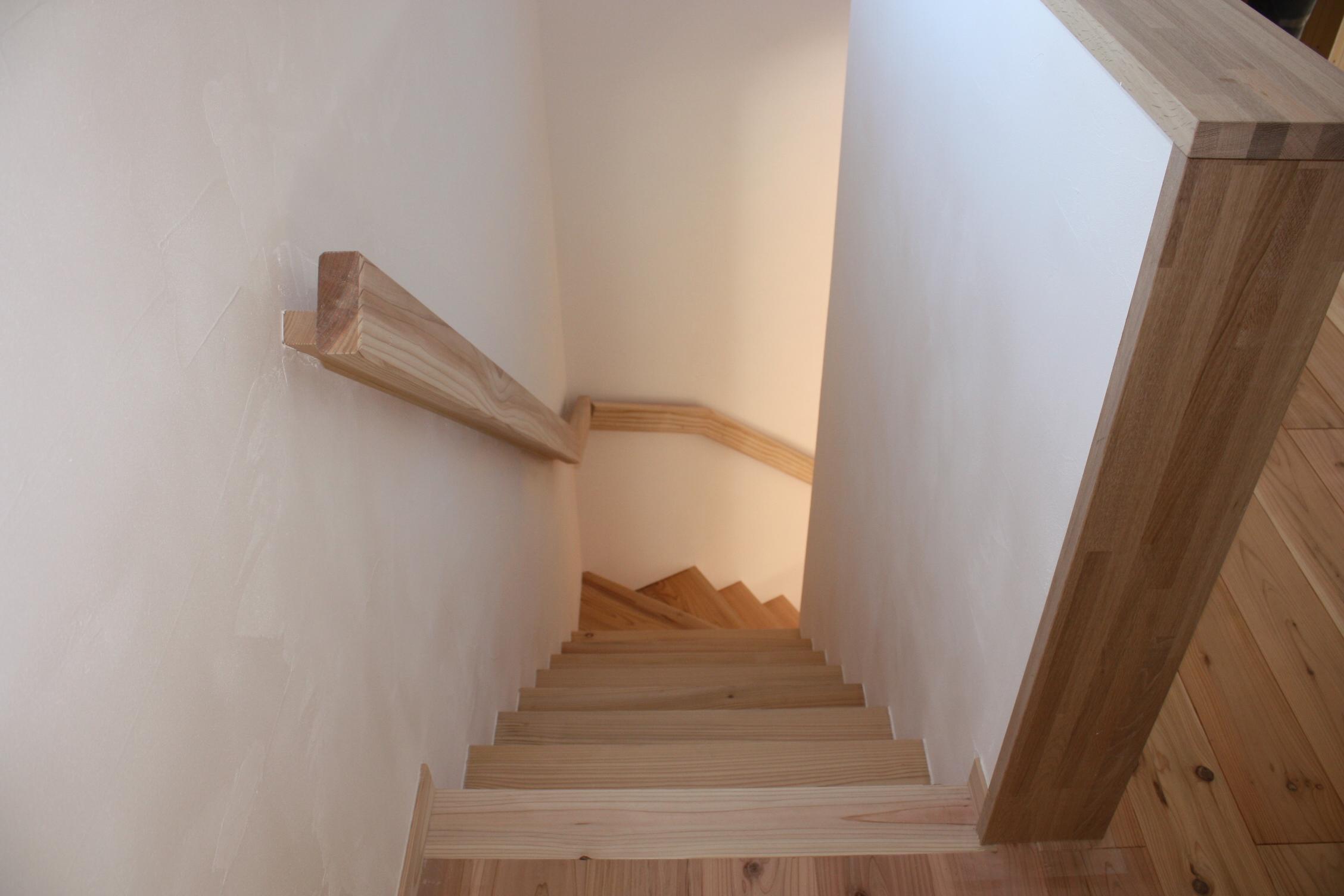 階段も同じく無垢材で造作