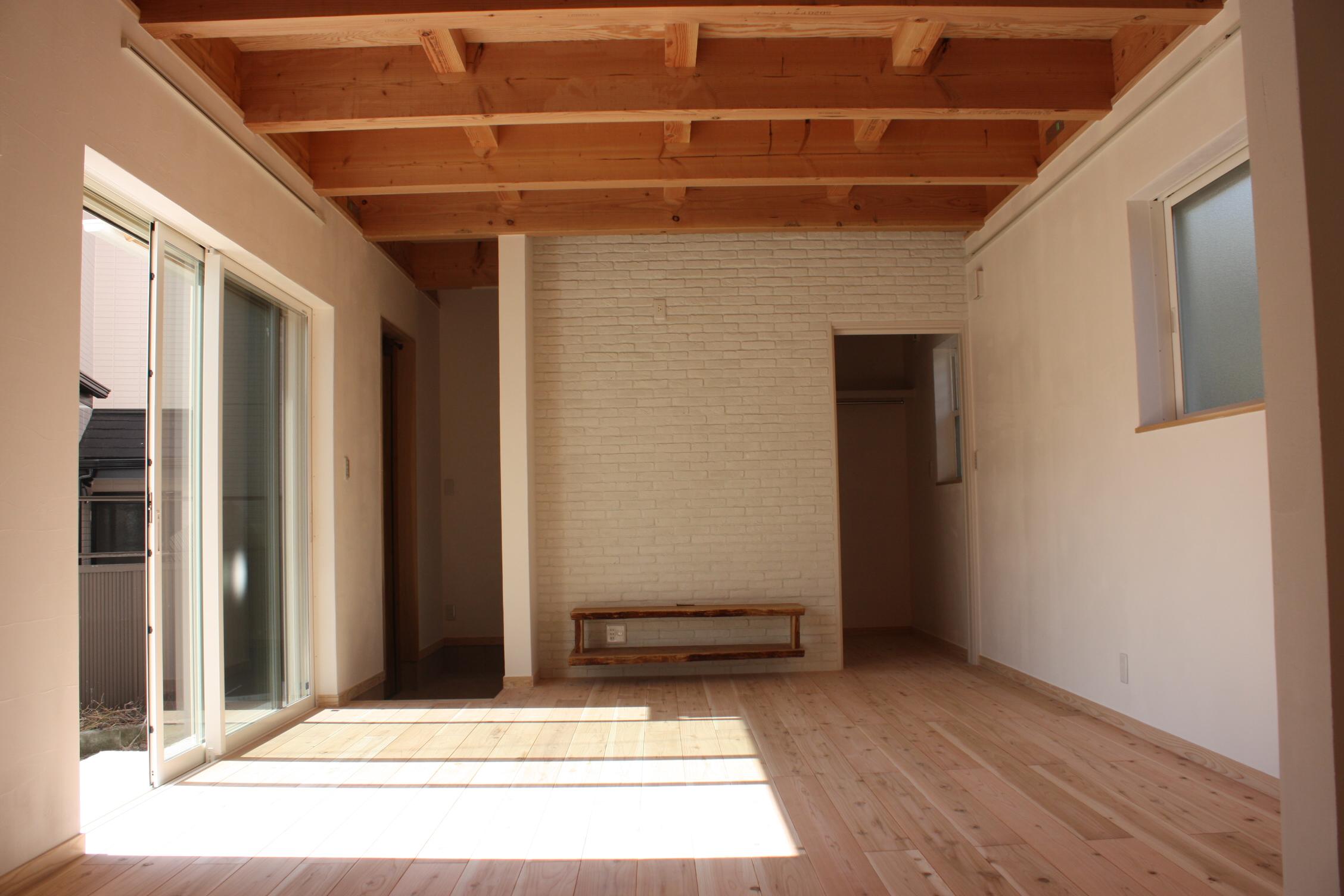 室内の床はすべて無垢のフローリング