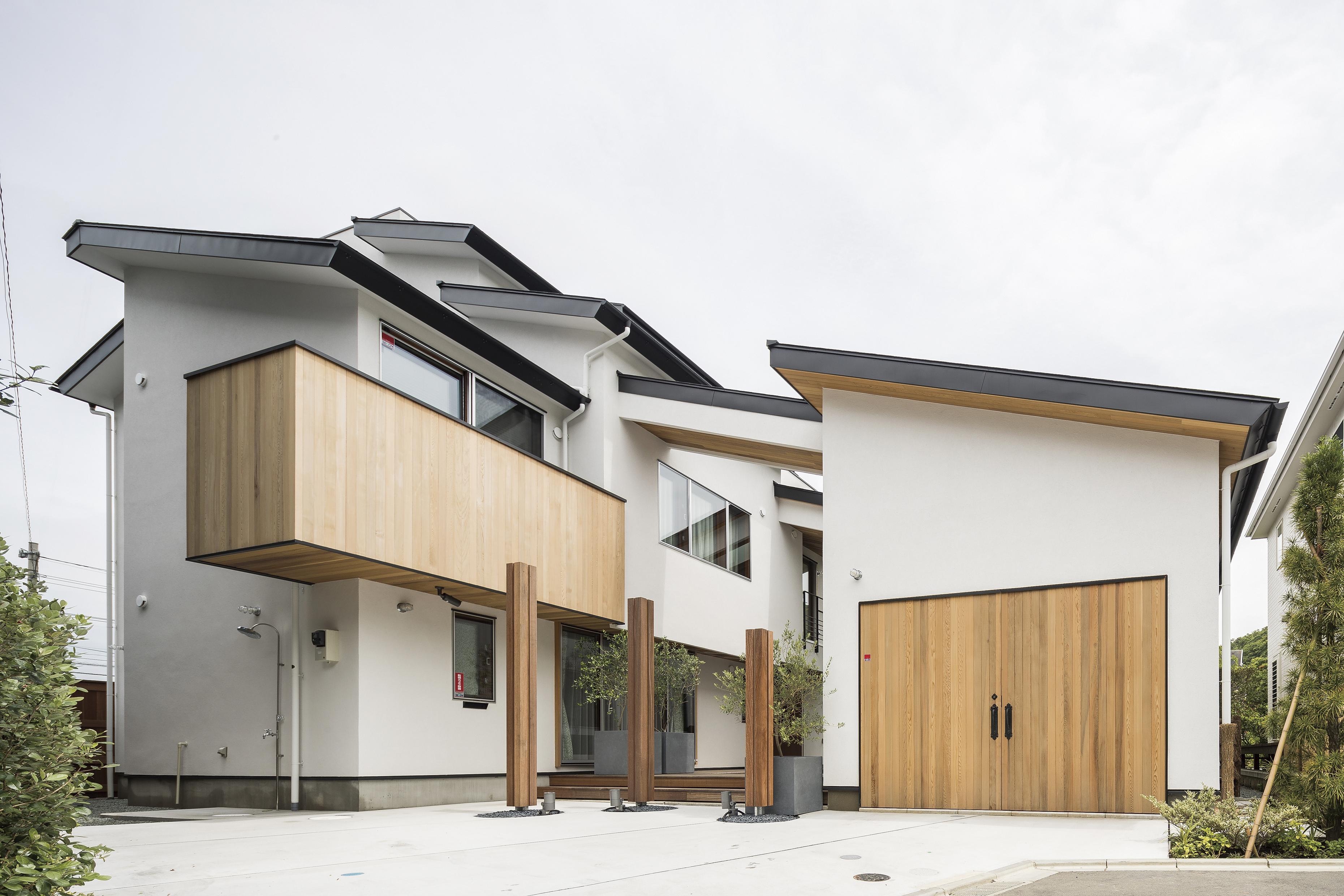 3F建ての本宅と平屋のラウンジを複合させたシルエット
