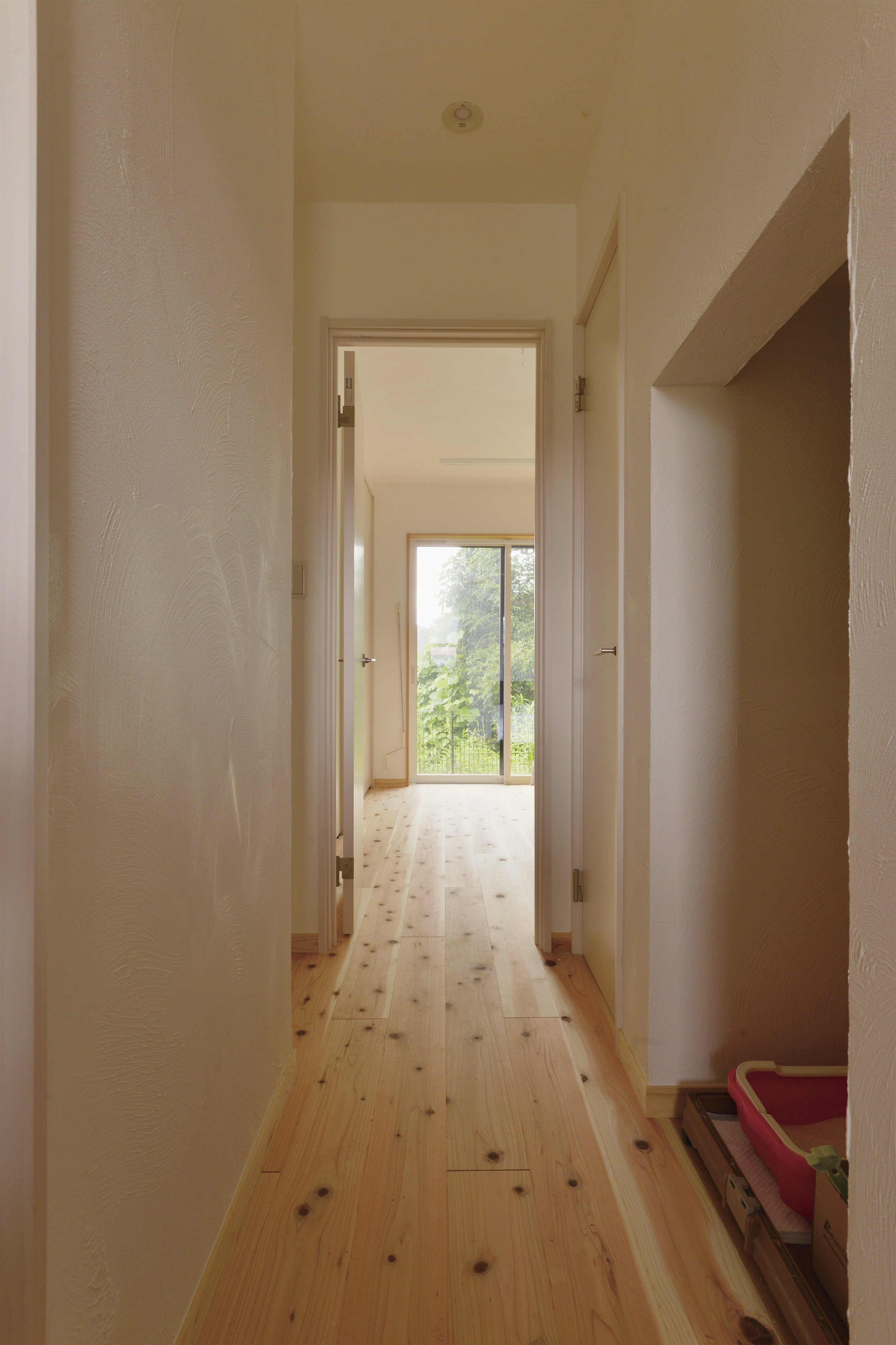 寝室まで一直線に続く廊下も無垢の床材
