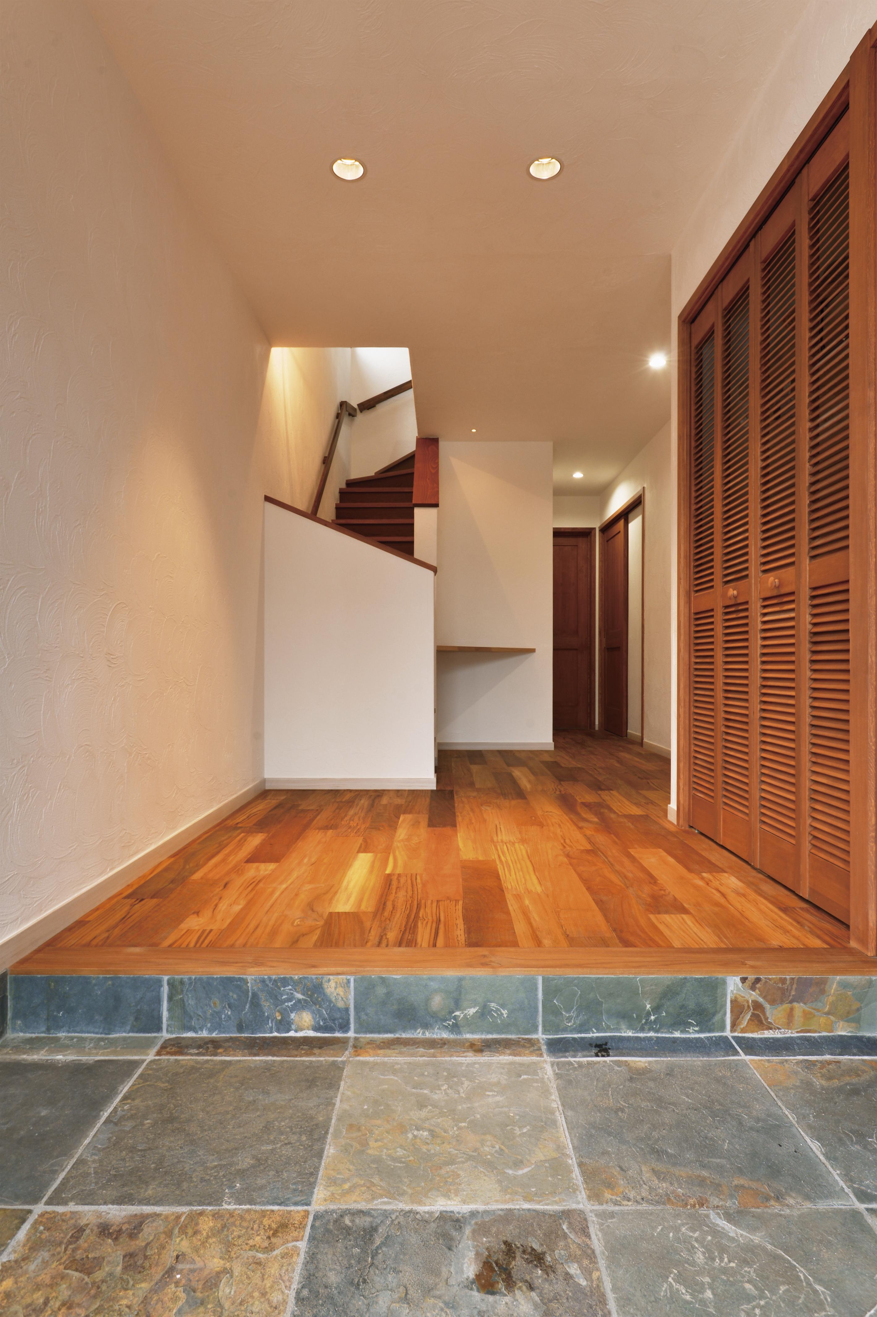 玄関を開けるとチークの床がお出迎え致します