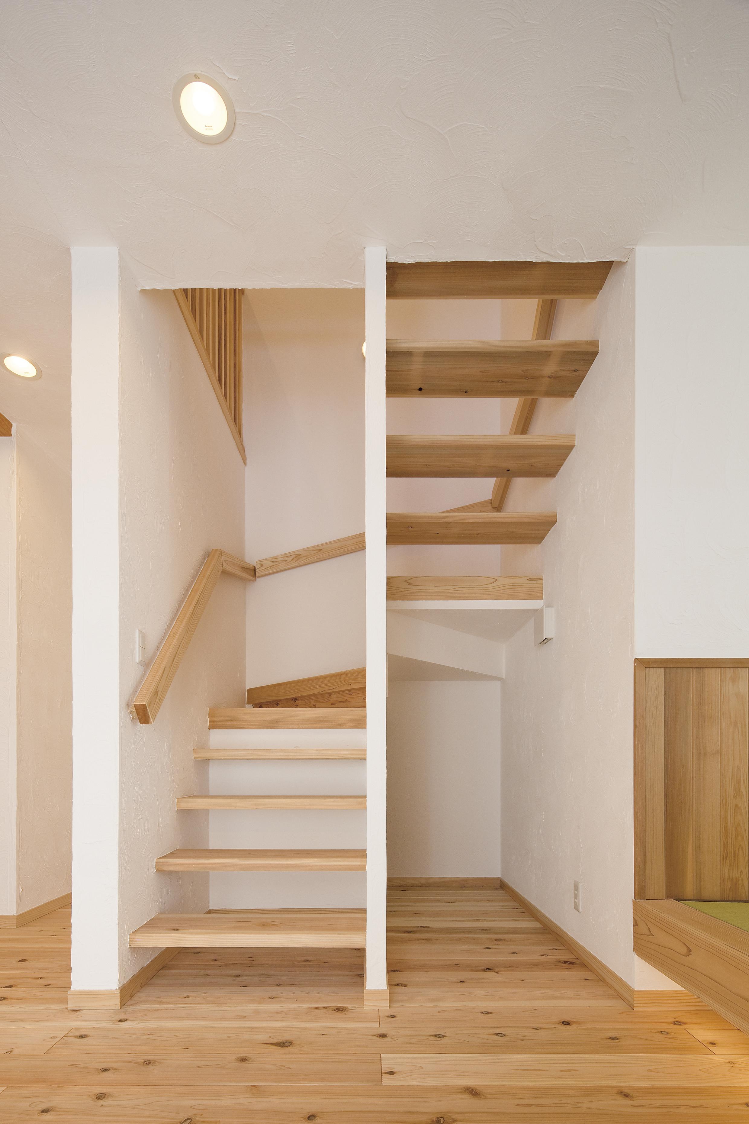 すっきりとしたストリップの階段