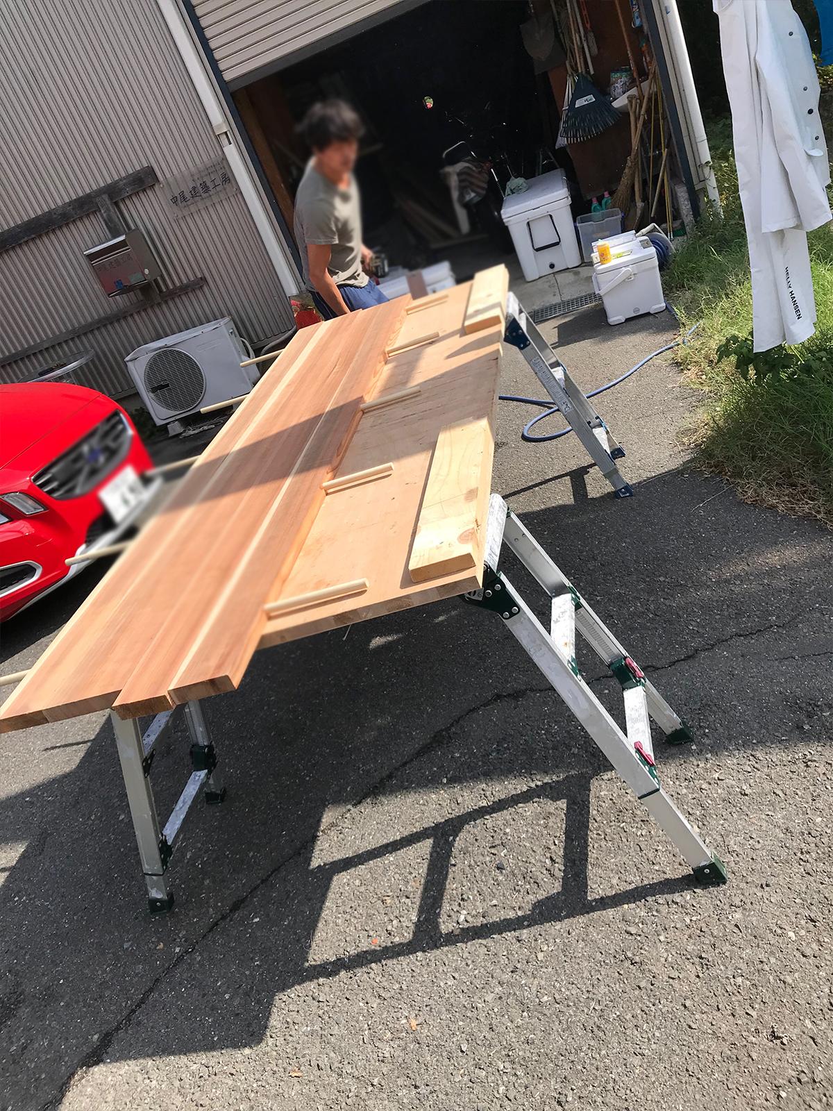 板と板を組み合わせる貫通穴をボール盤で作業する3
