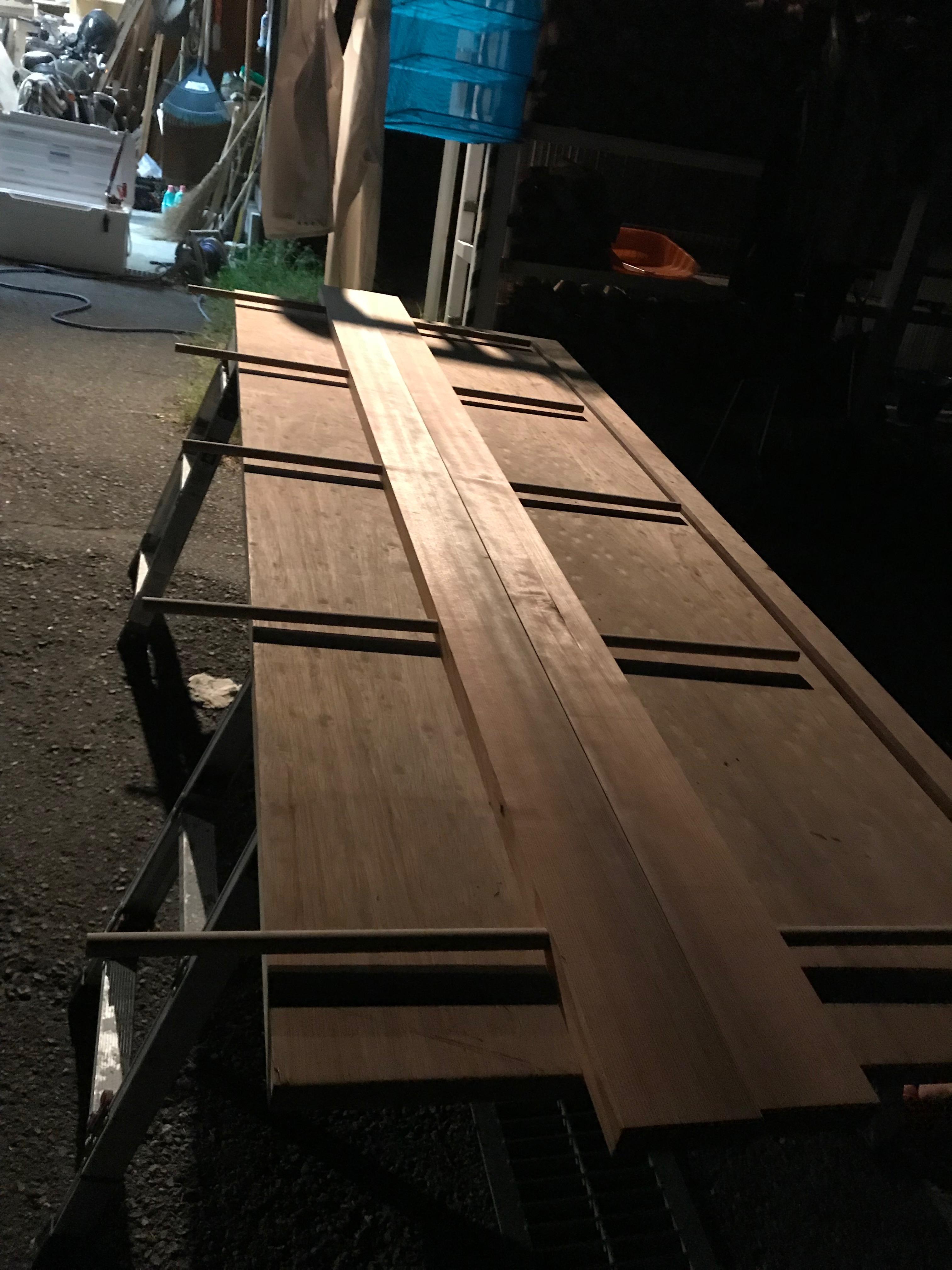 板と板を組み合わせる貫通穴をボール盤で作業する