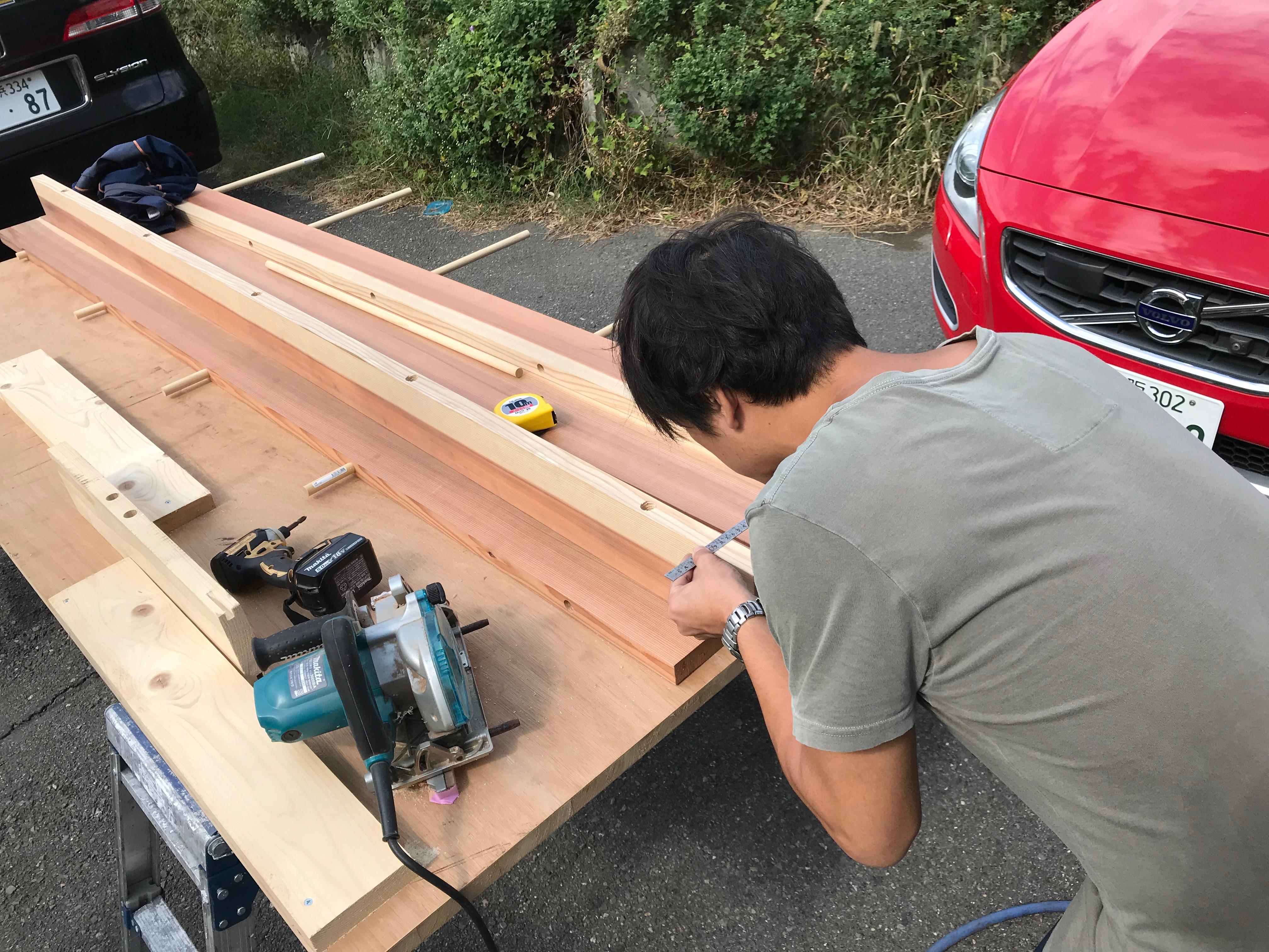 板と板を組み合わせる貫通穴をボール盤で作業する2