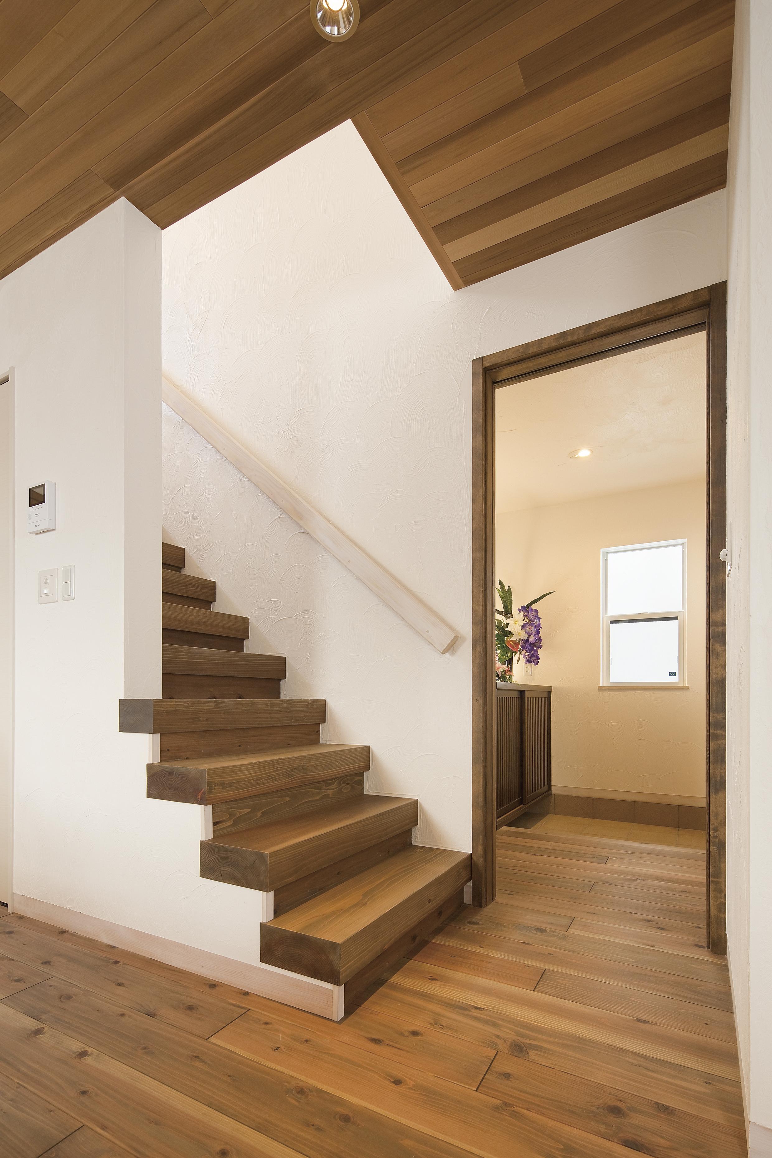 リビング階段は無垢材で造作したオリジナル階段