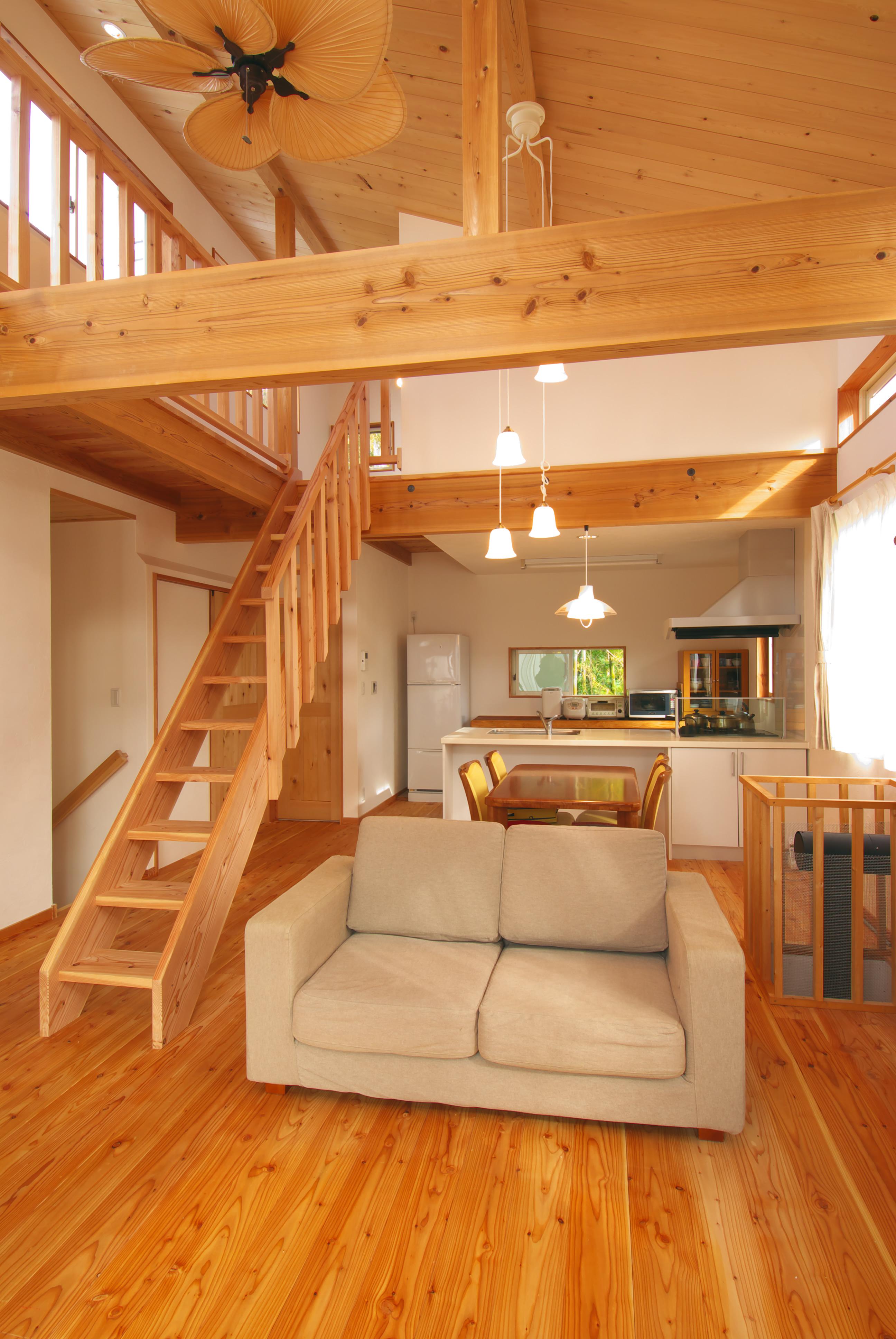 葉山町に建つ唐松のフローリングの家
