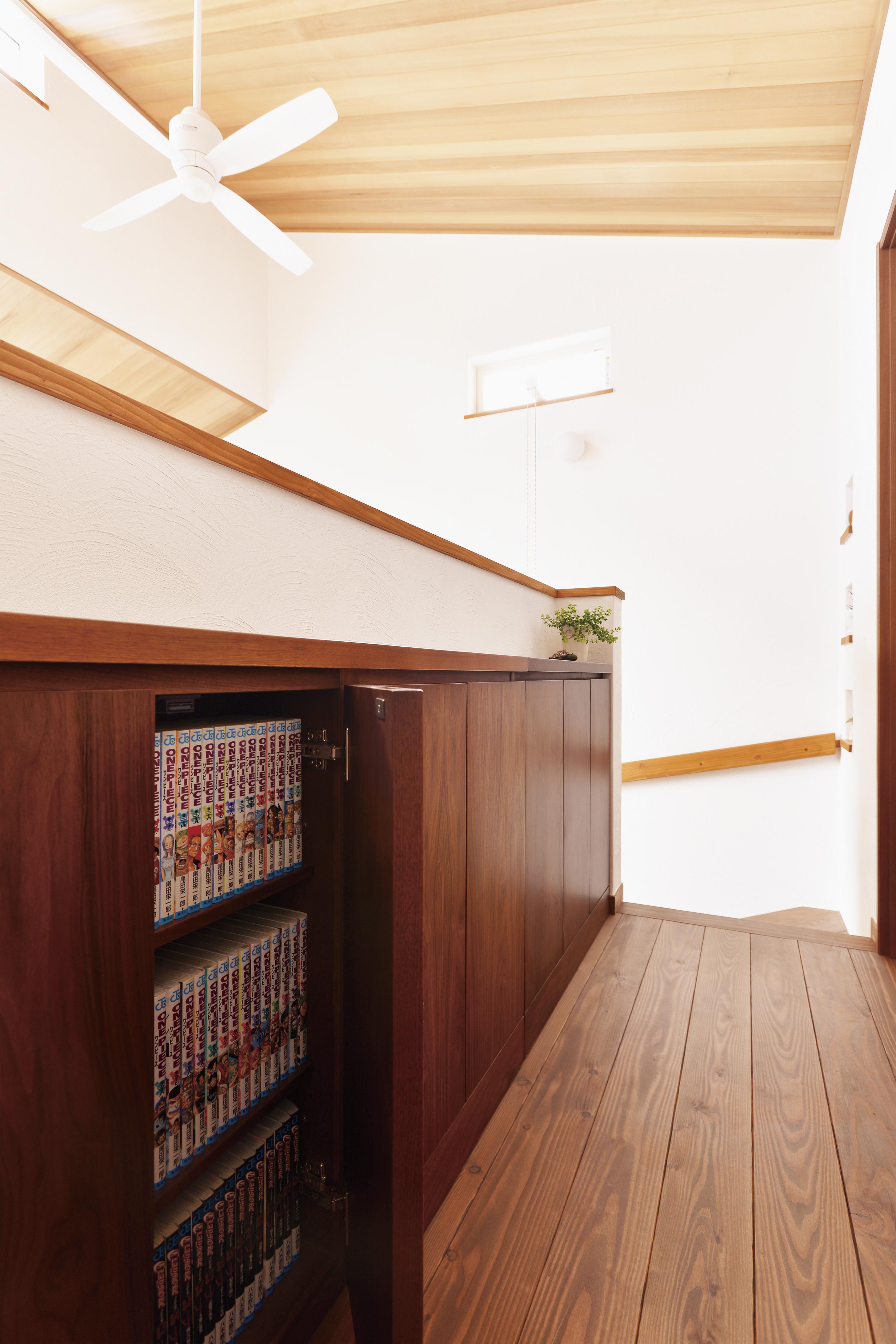 吹き抜けの上は廊下兼書庫