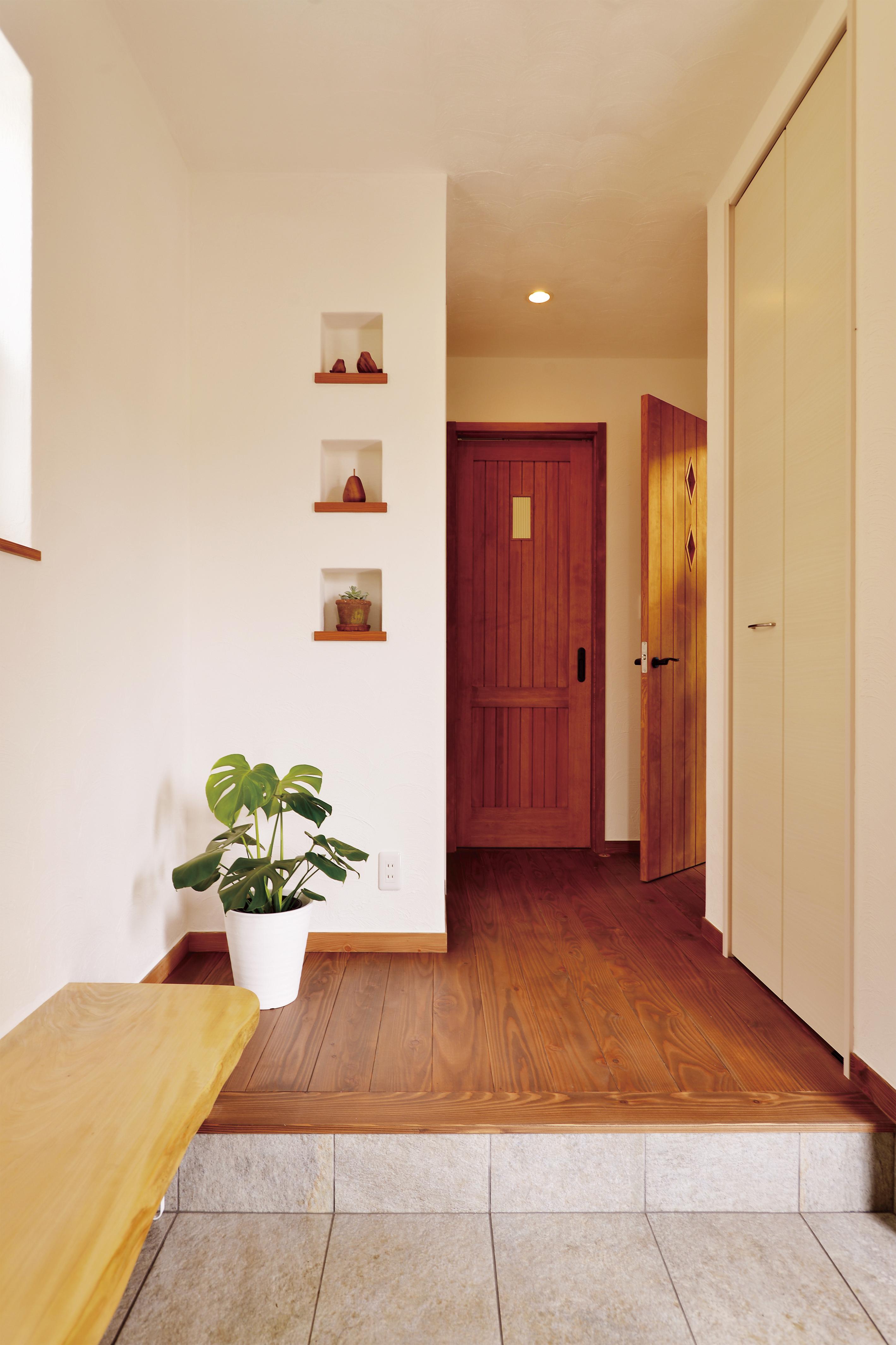 玄関には靴を履くための専用椅子も