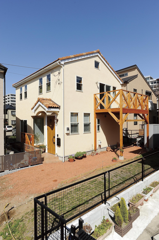 切妻屋根に洋風瓦と塗り壁