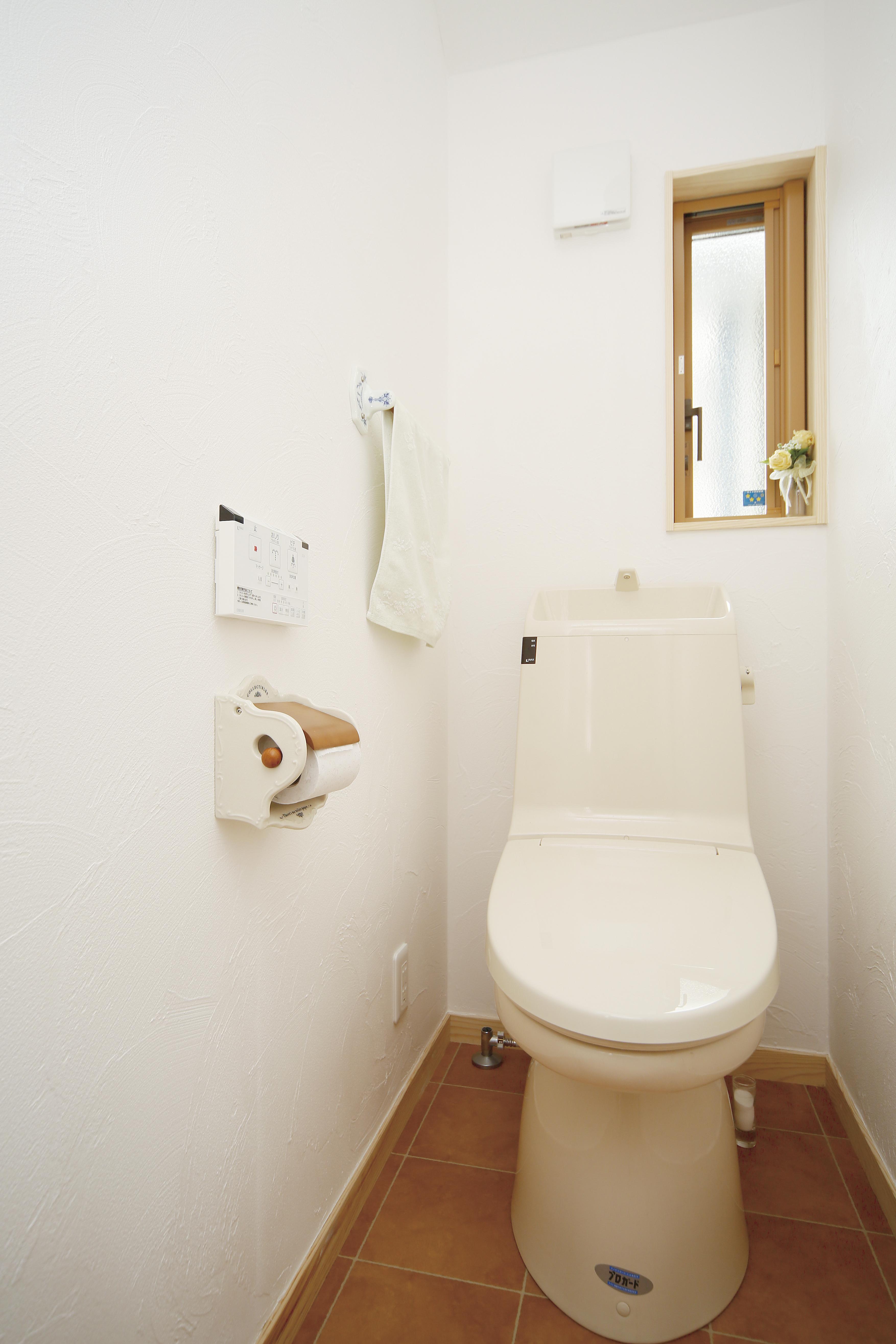 シンプルなトイレは標準タイプのウォシュレット