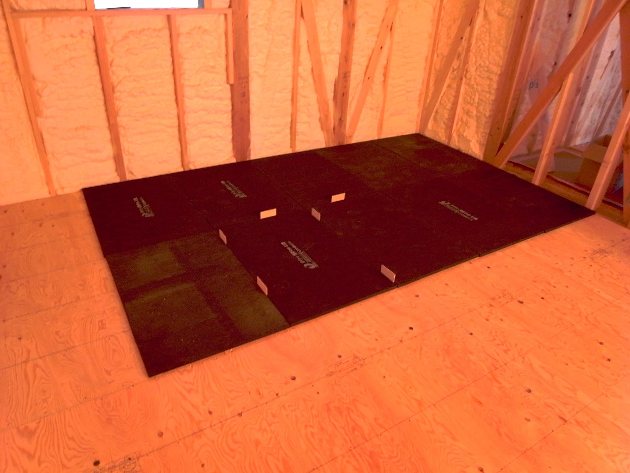シアタールームの床下地3層目遮音マット敷き