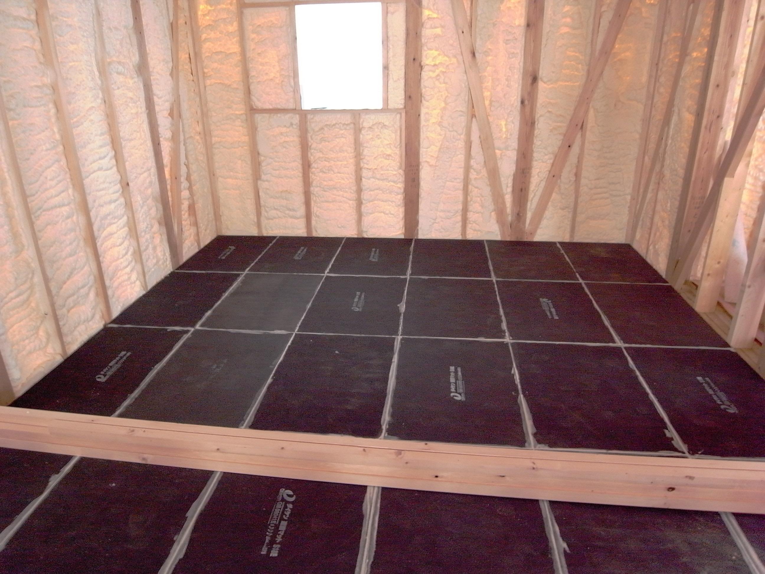シアタールームの床下地3層目遮音マット敷きと気密遮音コーキング完了