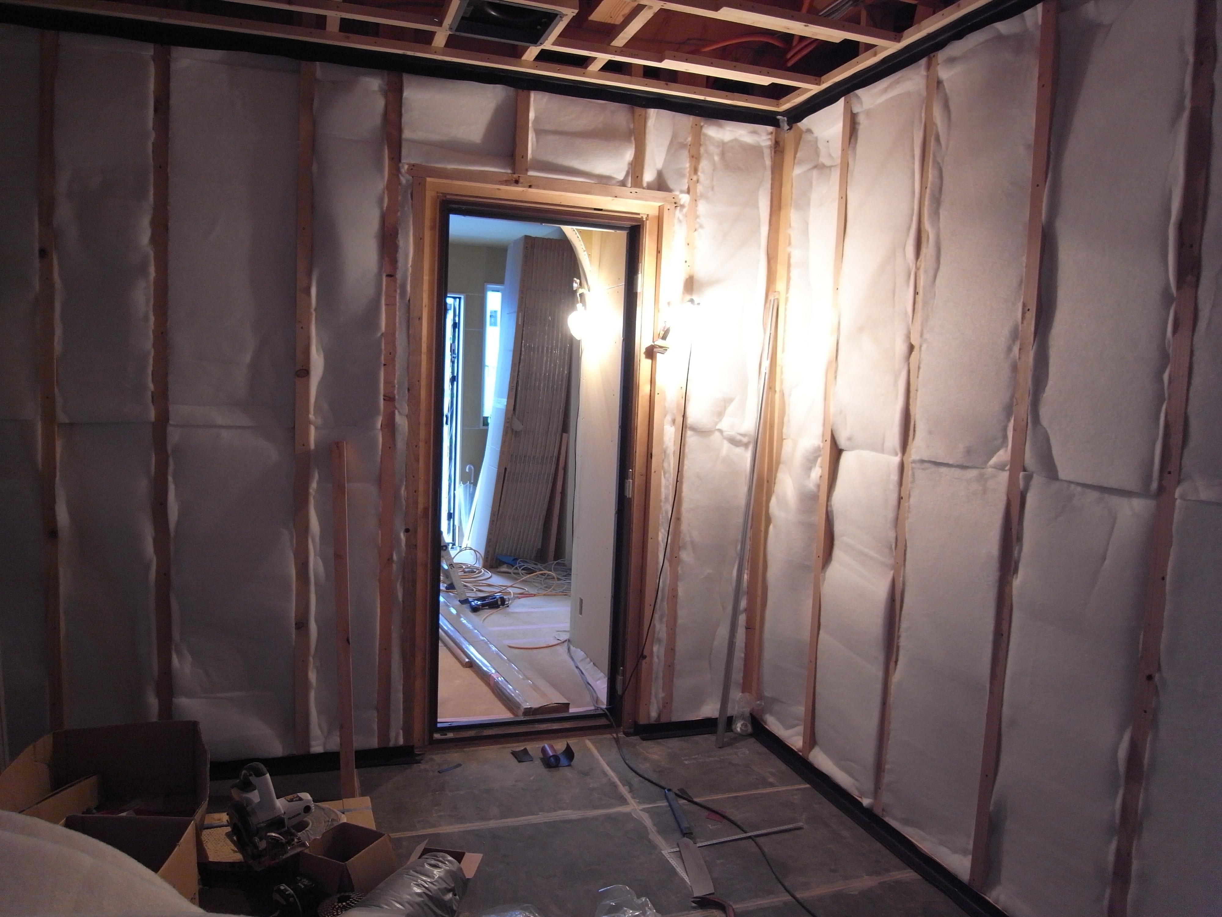 シアタールームの間仕切り壁吸音ウール完了