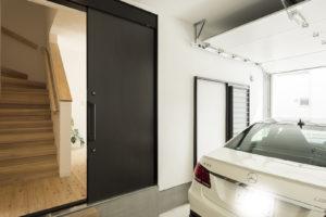 ビルトインガレージの家を建てる〜ガレージドアなら電動のオーバードアがおすすめ〜
