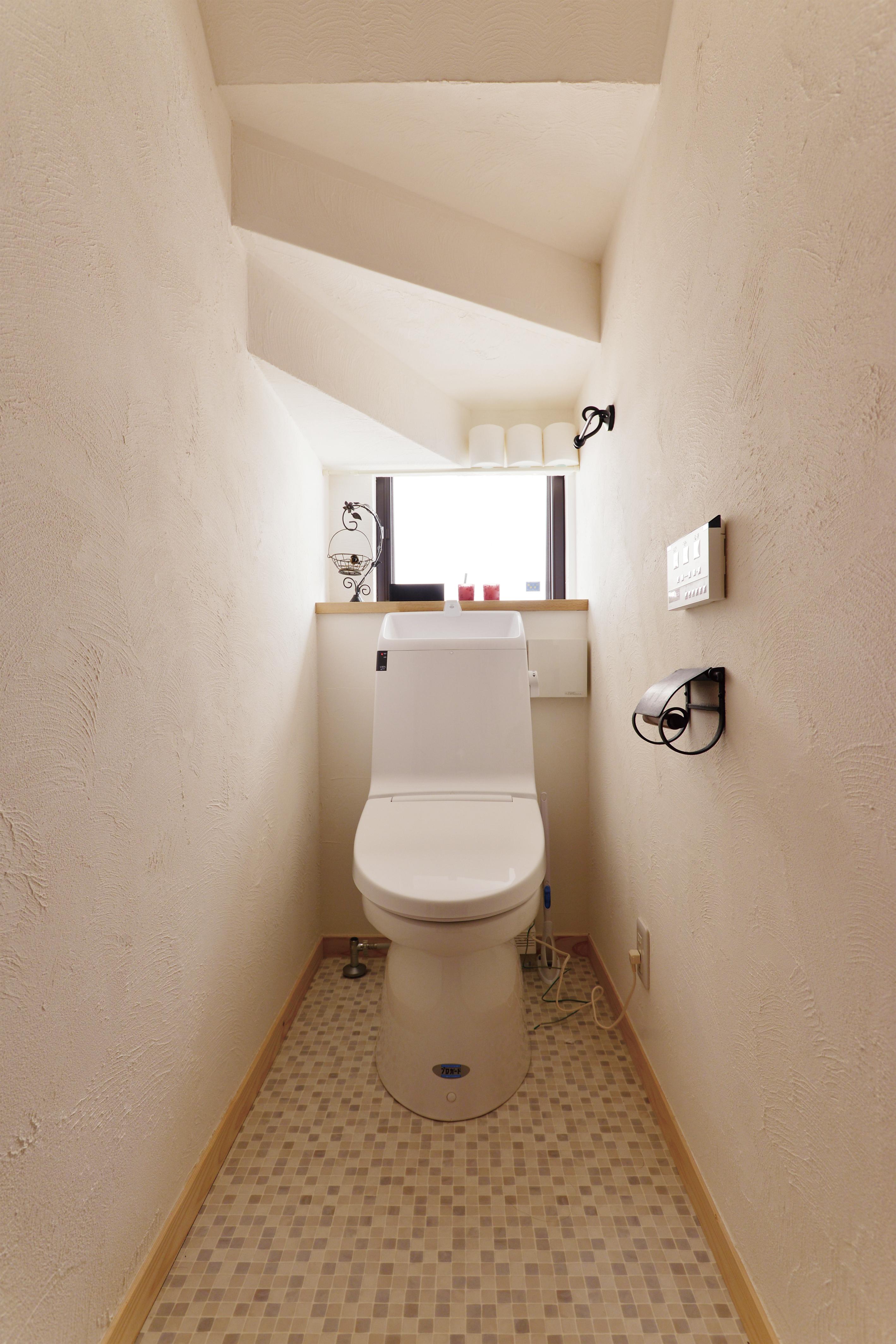 階段下にはトイレを