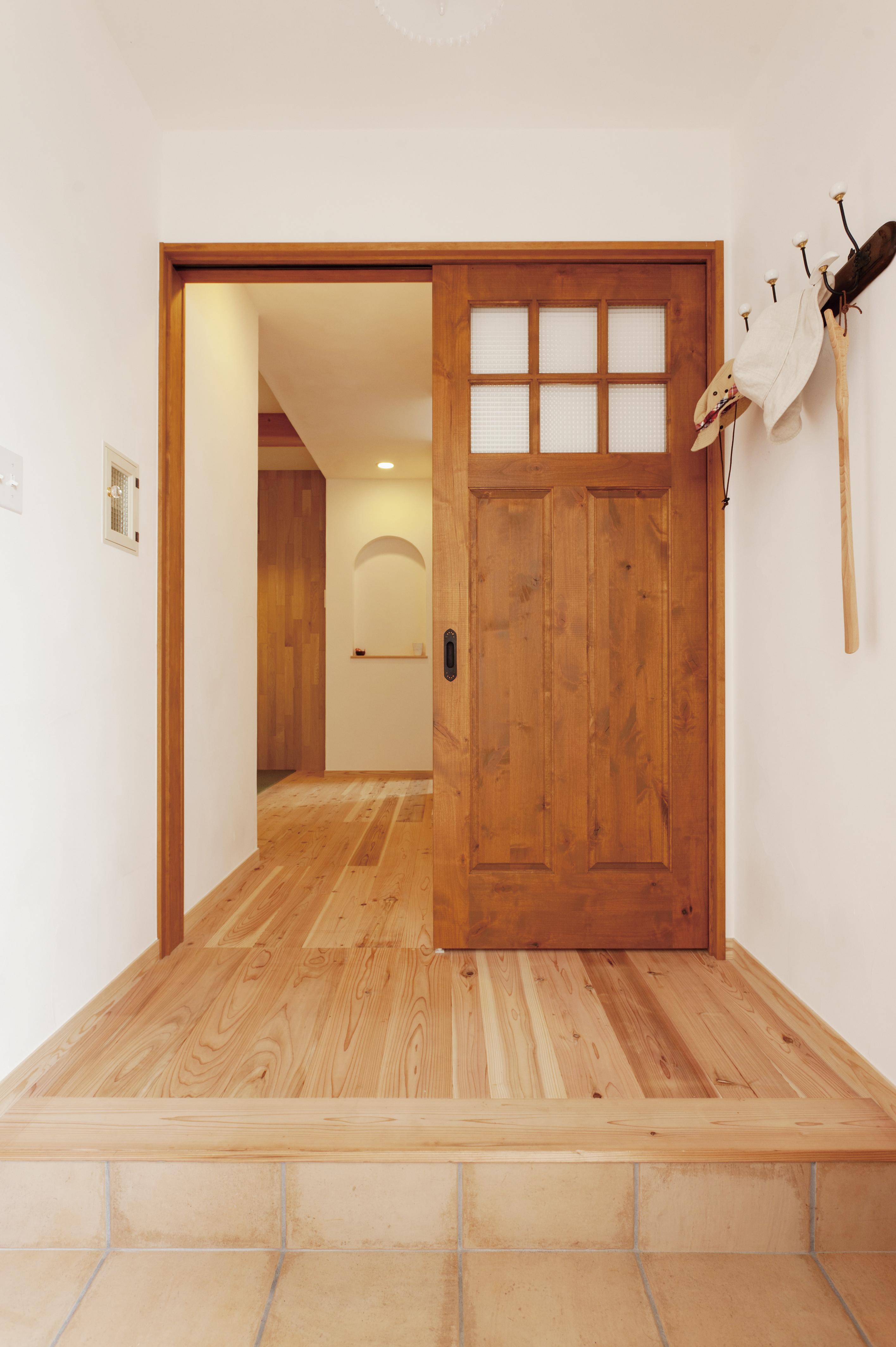 玄関ホールは木製ドアがお出迎え