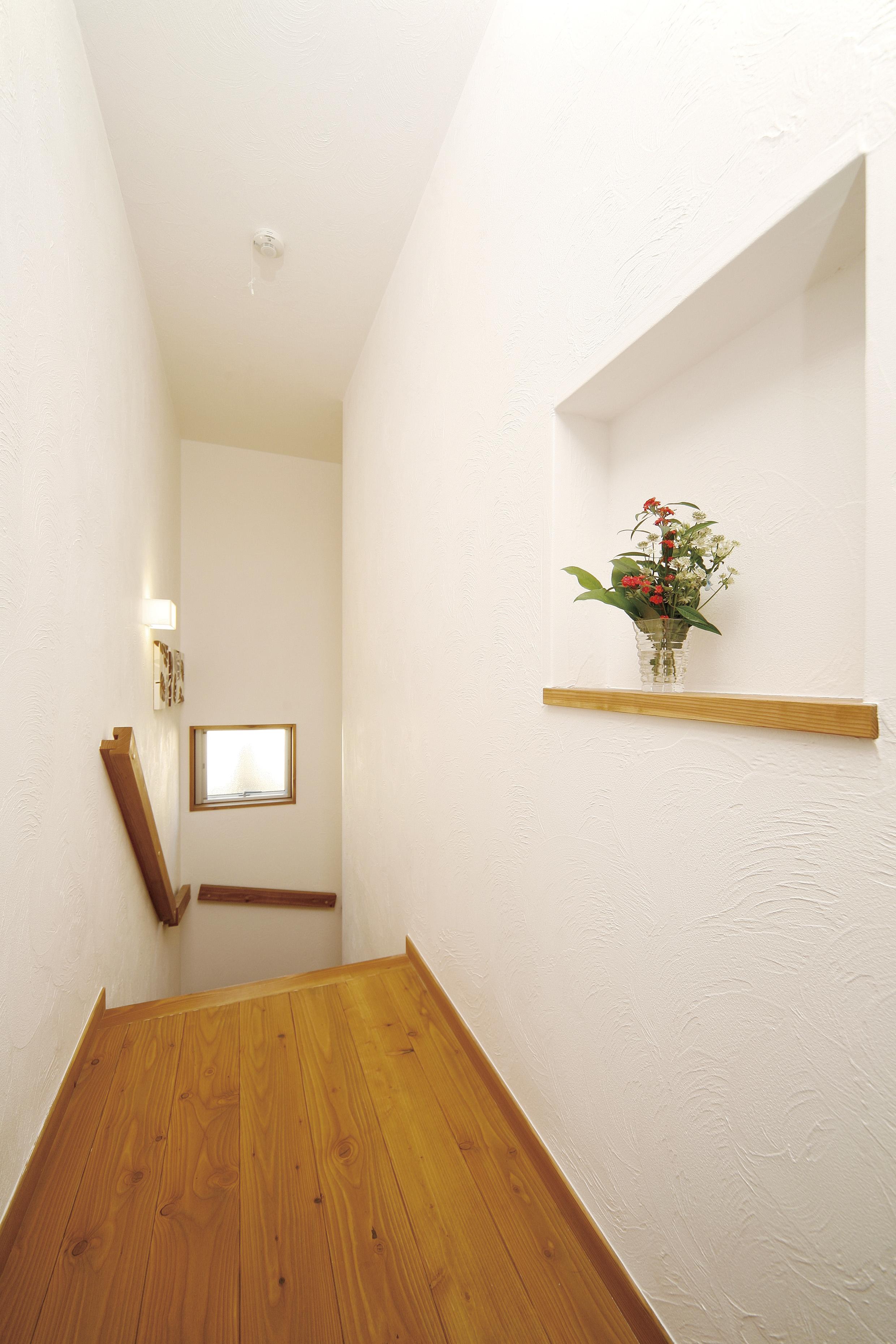 2Fの廊下には飾り棚も